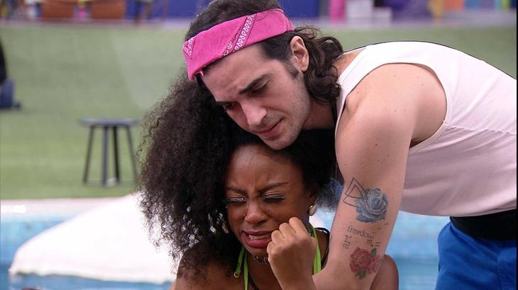 Lumena chorando sendo abraçada por FIuk no BBB21