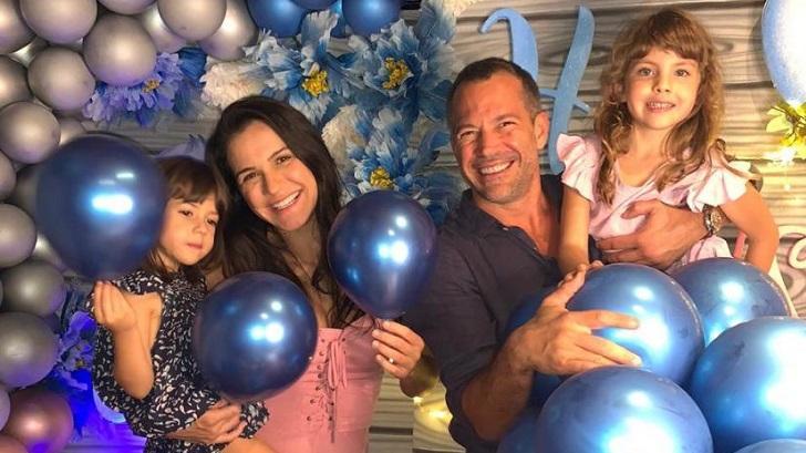 Malvino Salvador posa para foto com família