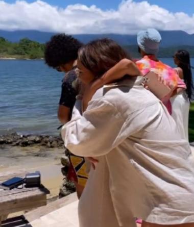 Rafa Kalimann contrata avião e faz surpresa de aniversário para Manu Gavassi em ilha
