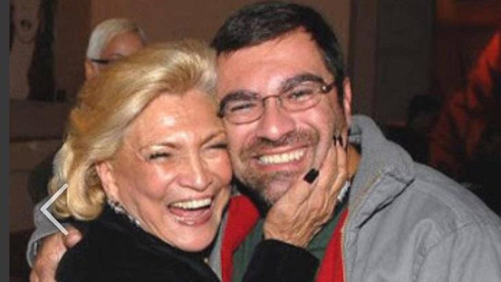 Hebe Camargo abraçada a seu filho Marcello Camargo