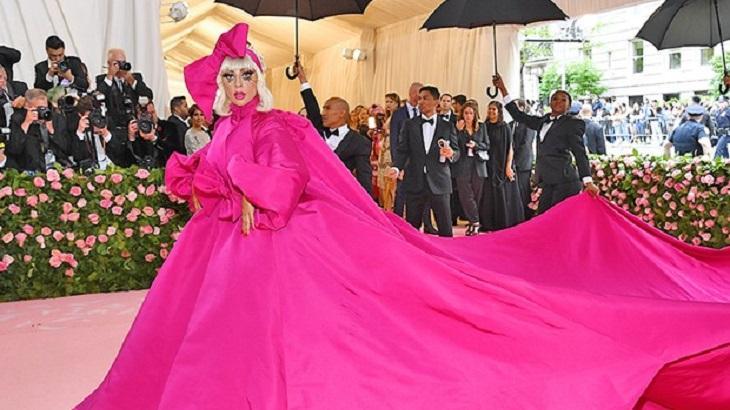 """Lady Gaga com seu vestido gigante no """"Met Gala"""""""