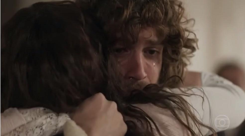 Cena de Novo Mundo com abraço entre Joaquim e Amália