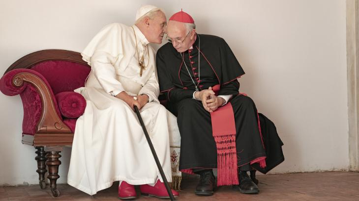 Anthony Hopkins e Jonathan Pryce em cena do filme Dois Papas, de Fernando Meirelles