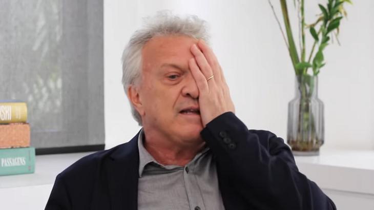 Pedro Bial com a mão no olho