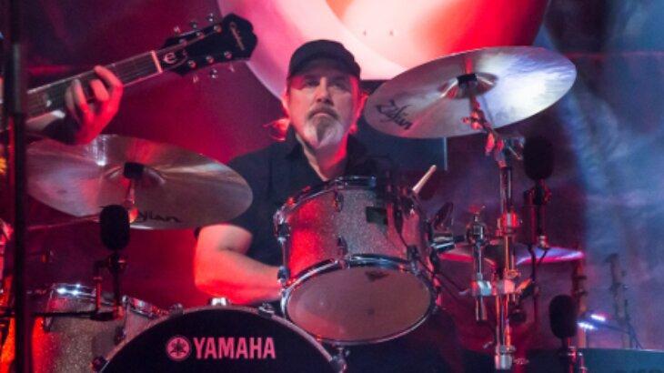 Pelle Alsing tocando bateria em show