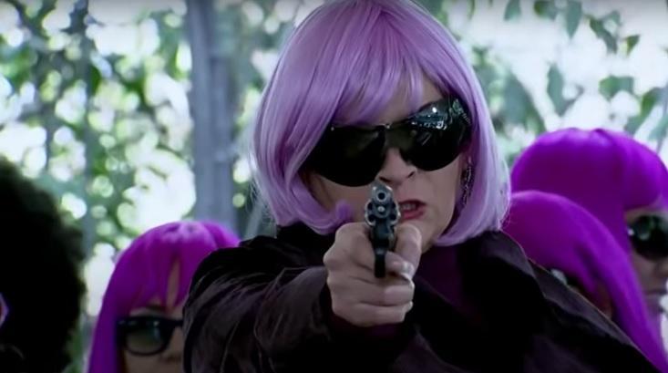 Cena de Quando me Apaixono com Josefina segurando uma arma