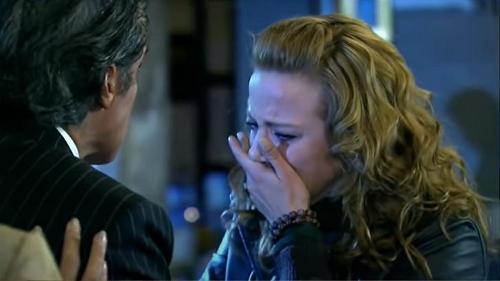 Cena de Quando me Apaixono com Renata chorando com a mão na boca