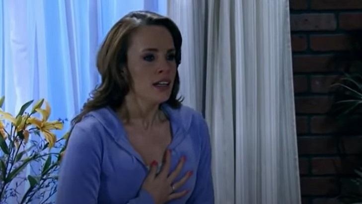 Cena de Quando me Apaixono com Roberta com a mão no peito