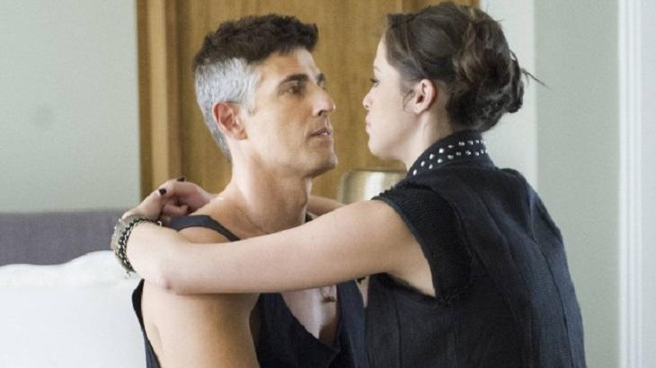 Reynaldo Gianecchini e Ágatha Moreira, ela no colo dele, caracterizados em Verdades Secretas