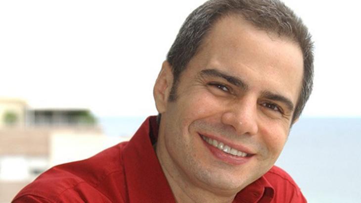 Autor Ricardo Linhares sorrindo olhando para a câmera
