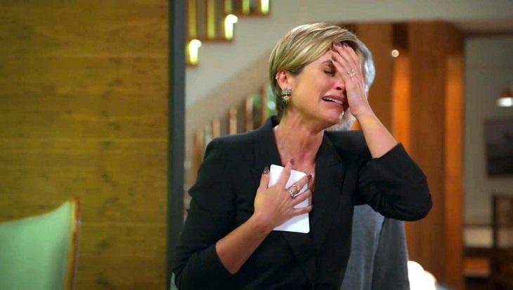 Flávia Alessandra chorando em cena de Salve-se Quem Puder