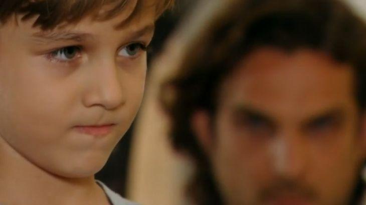 Alberto ao fundo observa Samuca com expressão de indgnação