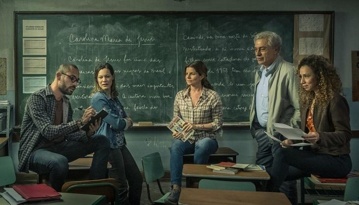 Elenco da série Segunda Chamada, da Globo, posa para foto numa sala de aula