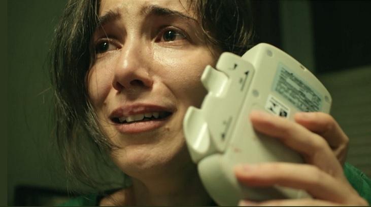 """Marjorie Estiano segura um equipamento em """"Sob Pressão"""""""