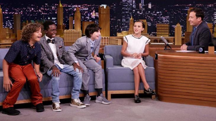 """Elenco infantil de """"Stranger Things"""" sentado no sofá ao lado de Jimmy Fallon no """"The Tonight Show"""""""