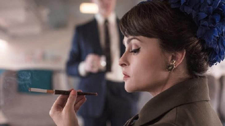 Helena Bonham Carter, caracterizada de princesa Margaret para The Crown, segura um cigarro.