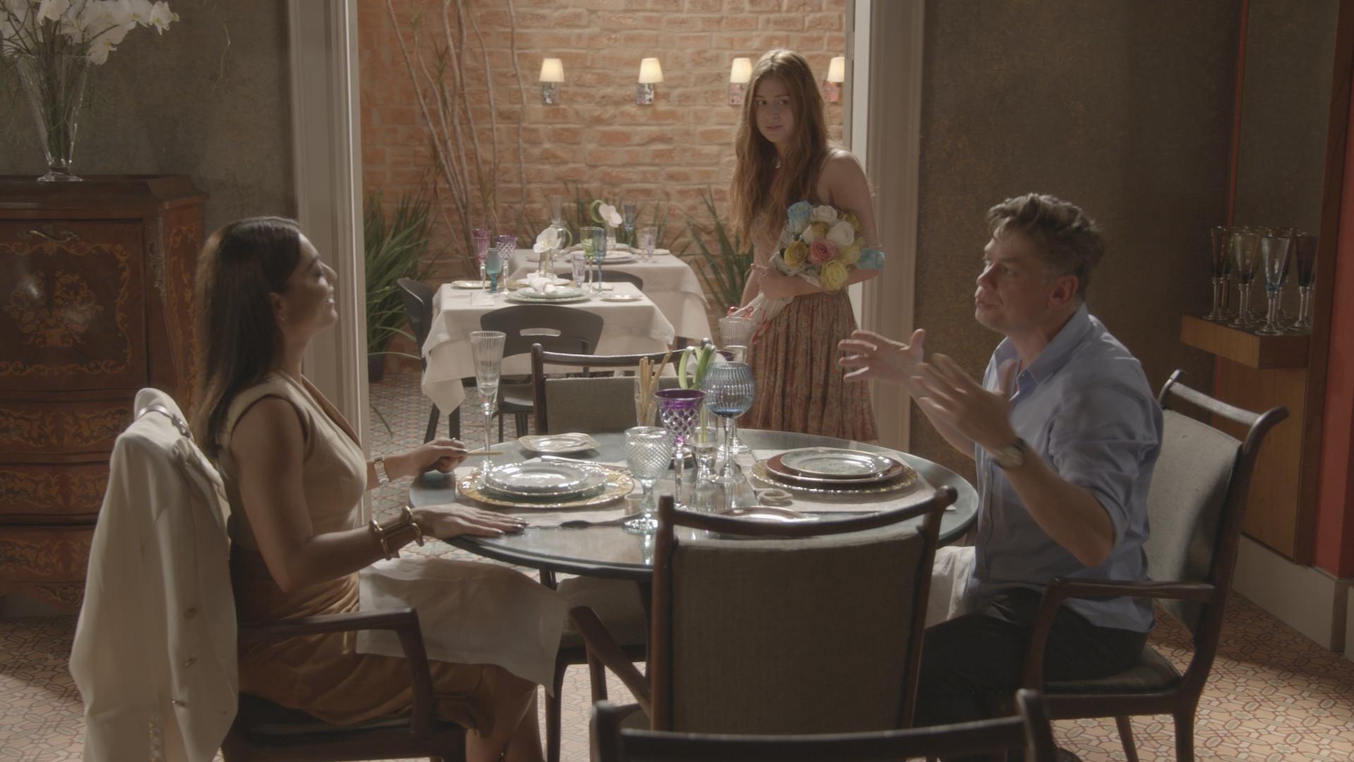 Carolina e Arthur em cena de Totalmente Demais