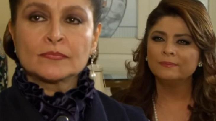 Cena de Triunfo do Amor com Bernarda olhando para frente e Vitória atrás dela