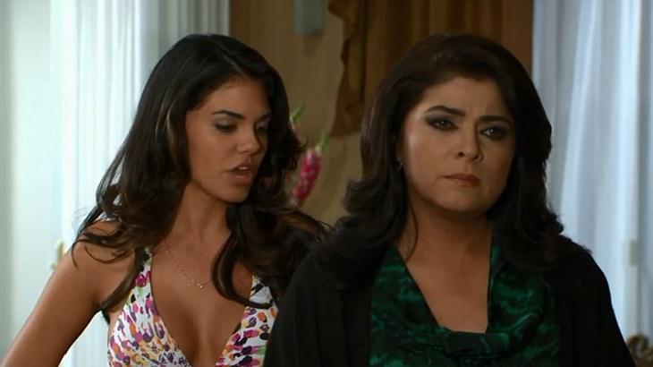Cena de Triunfo do Amor com Fernanda falando nas costas de Vitória