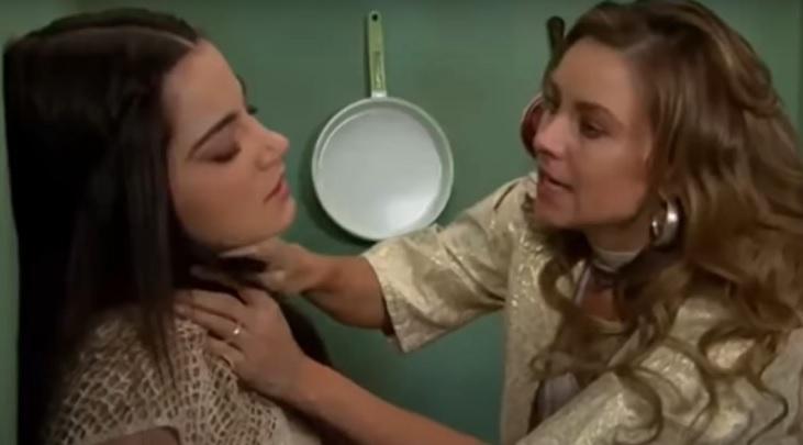 Cena de Triunfo do Amor com Helena colocando uma faca no pescoço de Maria