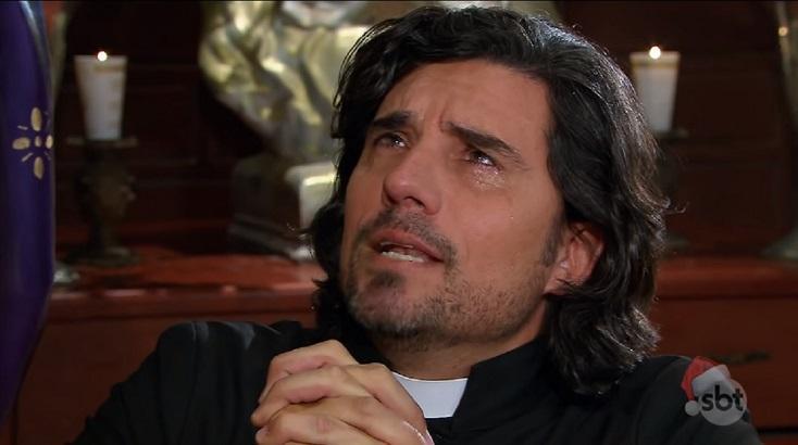 Cena de Triunfo do Amor com o padre João Paulo rezando ajoelhado