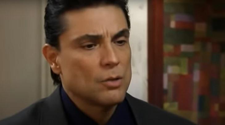 Cena de Triunfo do Amor, com Osvaldo olhando com cara de bravo