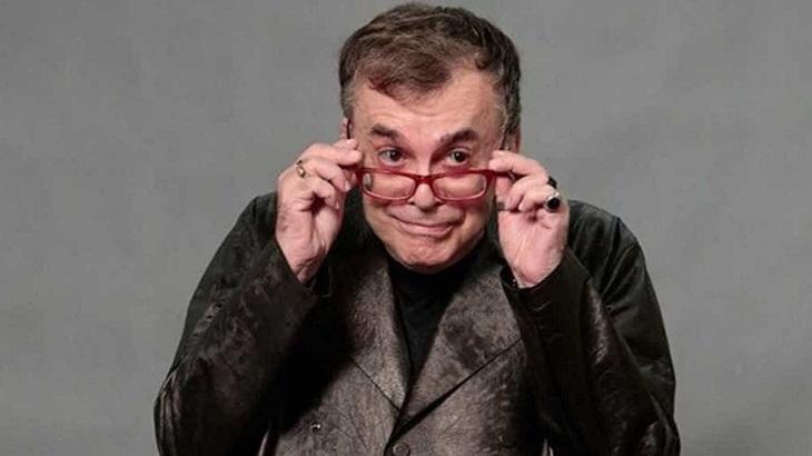 Walcyr Carrasco segurando os óculos nos olhos e sorrindo