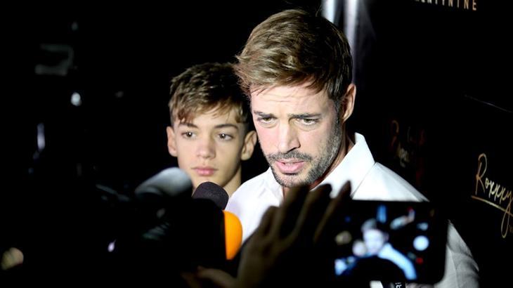 Willian Levy conversando com jornalistas em coletiva ao lado do seu filho