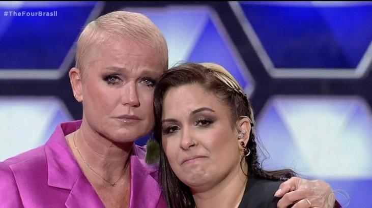 Xuxa emocionada com uma participante do The Four Brasil, na Record