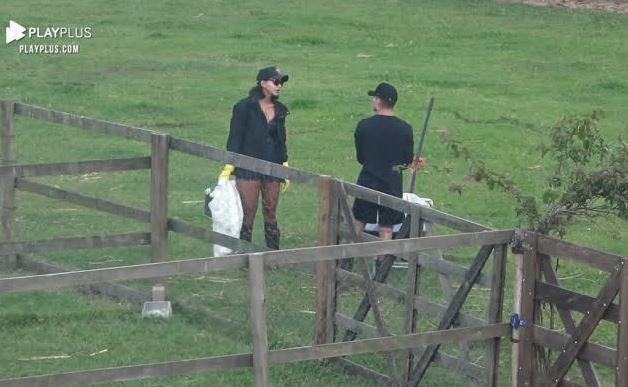 Na área dos animais, Jake conversa com Biel em A Fazenda 2020