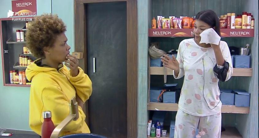 No banheiro, Jakelyne conversa com Lidi sobre punição em A Fazenda 2020