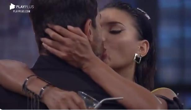 Na foto, Mariano e Jakelyne se beijam em A Fazenda 2020