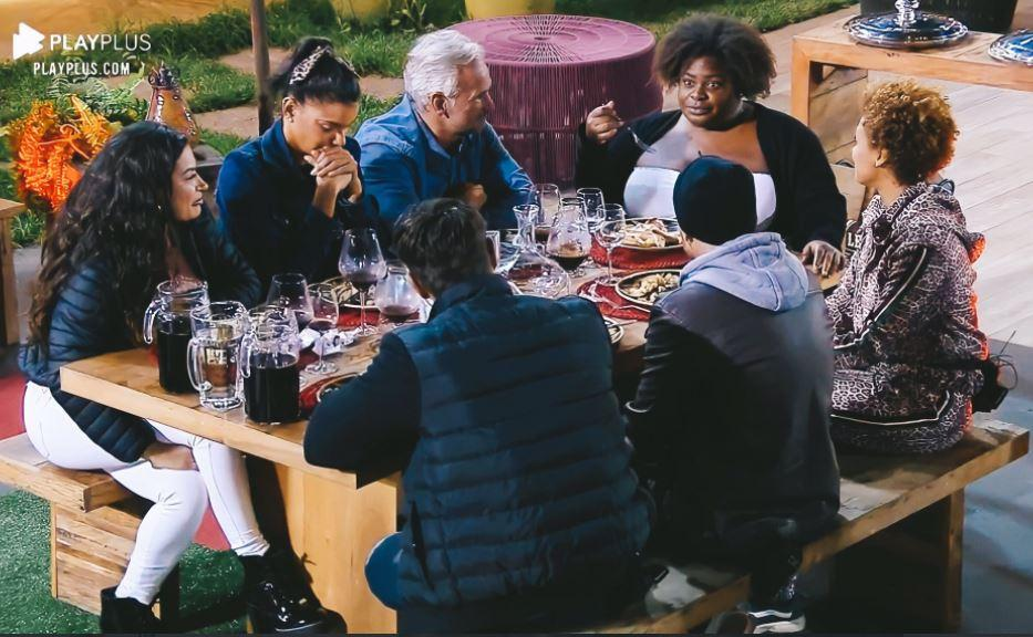 Na área externa, Raissa, Mariano, Jake, Mateus, Jojo, Lidi e Lipe jantam pizza em A Fazenda 2020