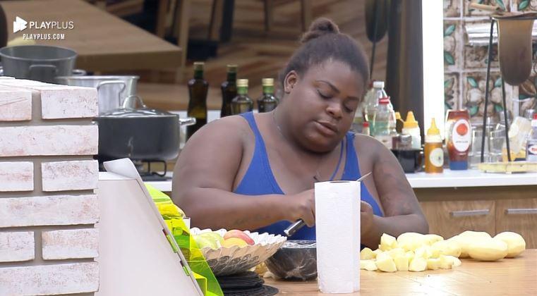 Na cozinha, Jojo Todynho corta batatas e desabafa sozinha em A Fazenda 2020