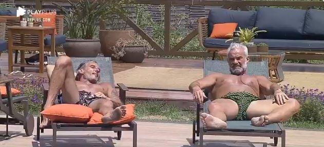 Na área da piscina, Juliano e Mateus tomam sol em A Fazenda