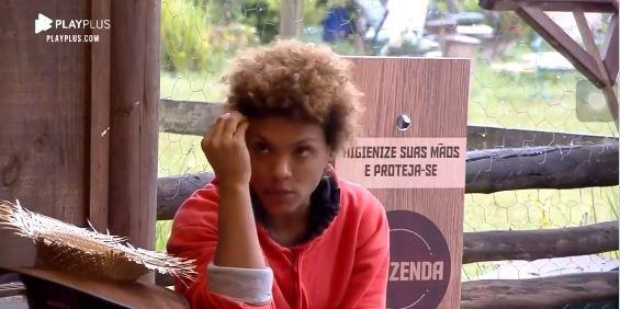 Na área externa, Lidi conversa sobre Stéfani em A Fazenda 2020