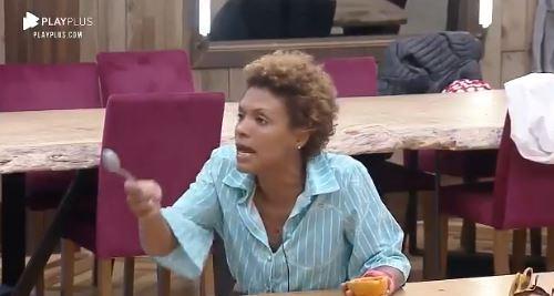 Na cozinha, enquanto comia um mamão, Lidi Lisboa discute com Mirella