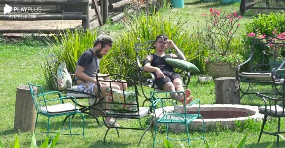 Na área externa, Lucas Cartolouco e Biel conversam sobre a A Fazenda 2020