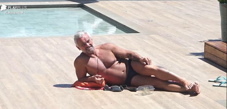 Na beira da piscina, Mateus toma sol em A Fazenda 2020