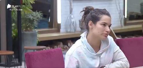 Na cozinha, Raissa conversa com Mirella em A Fazenda 2020