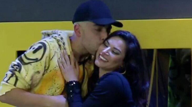 Lucas Maciel beijando Raissa Barbosa em festa