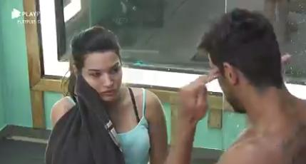 No banheiro, Mariano conversa com Raissa Barbosa em A Fazenda 2020