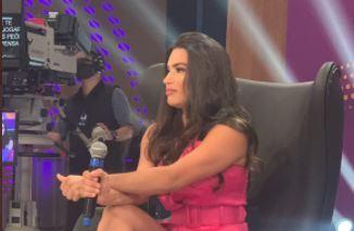 Raissa Barbosa durante gravação do programa Hora do Faro