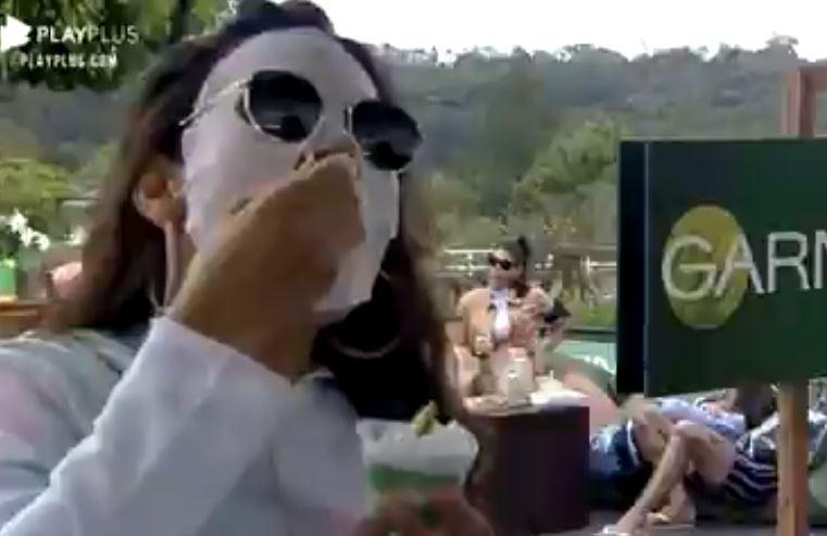 Na área externa, Raissa usa máscara facial branca em A Fazenda 2020