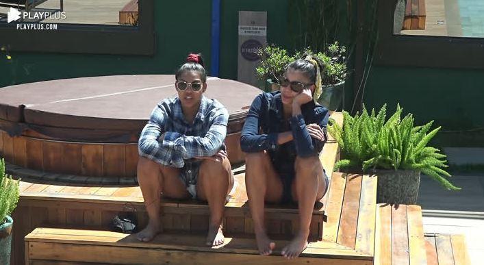Sentadas perto do ofurô, Tays desabafa com Jakelyne em A Fazenda 2020