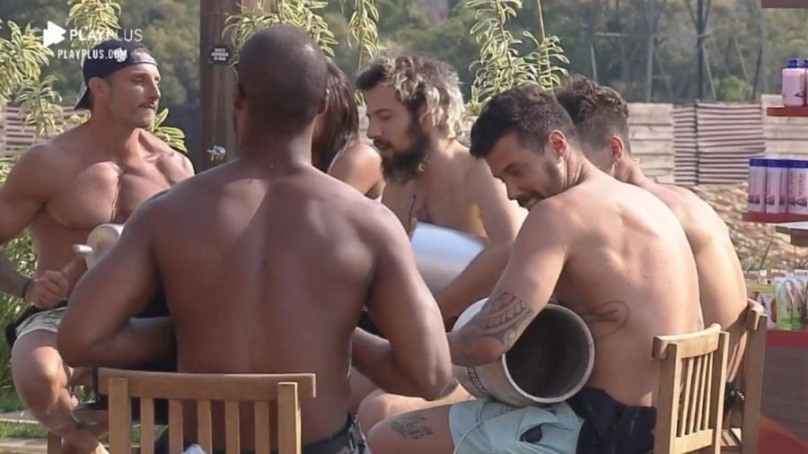 À beira da piscina, Lipe Ribeiro, Rodrigo Moraes, Juliano Ceglia e Lucas Cartolouco improvisam samba em A Fazenda 2020