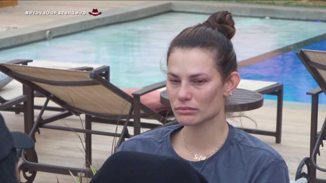 Dayane triste na área de piscina