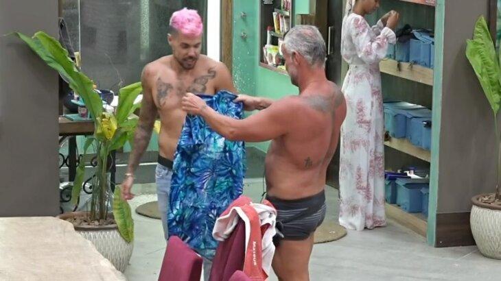 Lipe Ribeiro entregando camisa para Mateus Carrieri