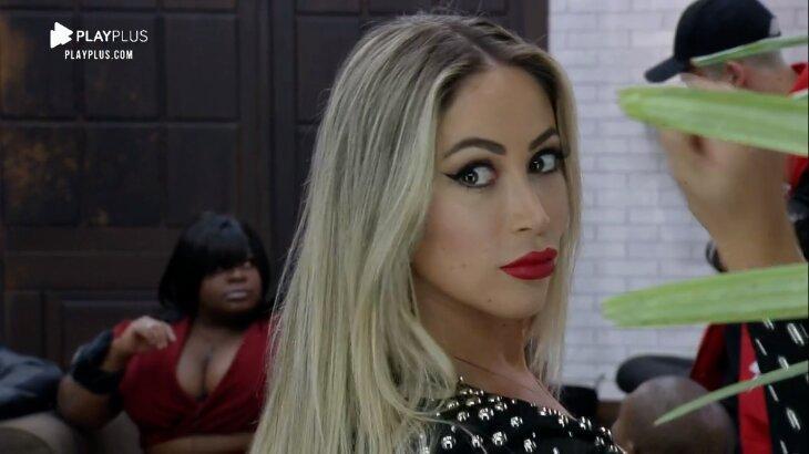 Carol Narizinho maquiada olhando para o espelho
