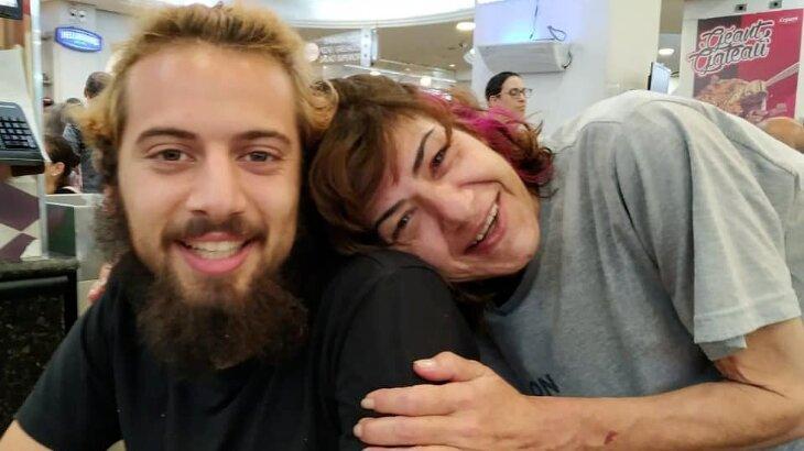Cartolouco aparece agarrado com a mãe, Sheila